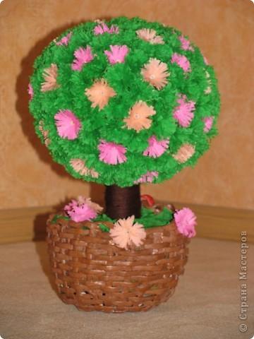 Только сейчас закончила мое второе дерево и спешу похвастаться!!!! подарочек для моей сестренки!!!! дерево из гофрированной бумаги...каркас из ниток на клею ( надула воздушный шарик и обмотала его нитками с клеем.....высушила....шарик внутри лопнула.) фото 1