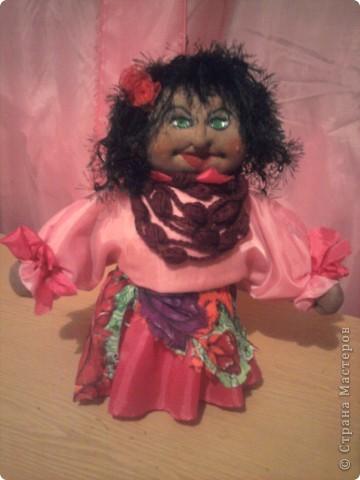 Циганочка. Донька захоплюється ляльками. Під настрій спробувала  і я. Це мій перший витвір. Творила довгенько.Складно було робити обличчя.Каркас-бутилка.