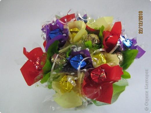Продолжаю экспериментирование в составлении букетов из конфет.  Последняя моя работа. фото 5