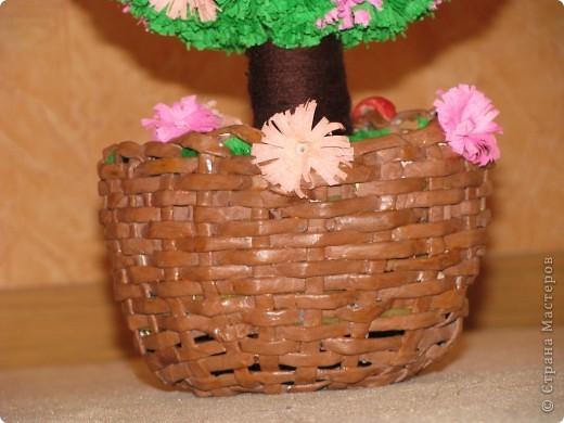Только сейчас закончила мое второе дерево и спешу похвастаться!!!! подарочек для моей сестренки!!!! дерево из гофрированной бумаги...каркас из ниток на клею ( надула воздушный шарик и обмотала его нитками с клеем.....высушила....шарик внутри лопнула.) фото 3