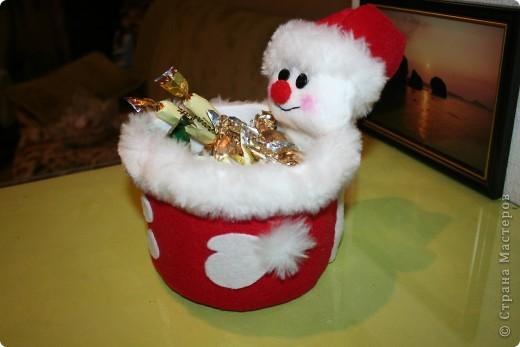 Вот такие упаковки для сладких подарков на Новый год у меня получились!  Увидела в магазине, наподобие сделанную, подставку для канцтоваров, тут же пошла в магазин, накупила цветного флиса и за работу...  фото 3