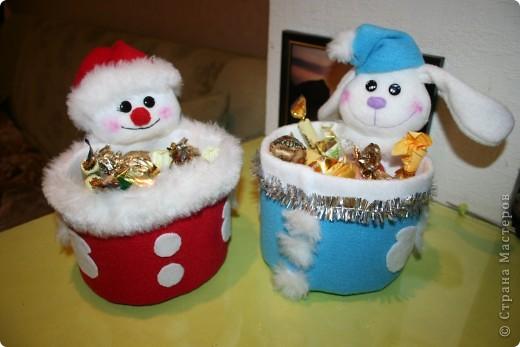 Вот такие упаковки для сладких подарков на Новый год у меня получились!  Увидела в магазине, наподобие сделанную, подставку для канцтоваров, тут же пошла в магазин, накупила цветного флиса и за работу...  фото 1
