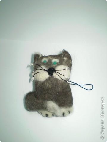 Сделан методом сухого валяния. В декорировании использована настоящая котячая шерсть (черная). Хозяин шерсти - мой кот Муся.