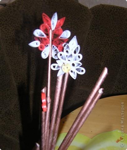 """Моя пятилетняя дочка, увидев заготовки из газет, покрашенные медной краской, заявила """"мама, у тебя же волшебная палочка получилась!"""". Посидели мы подумали, как из просто волшебной палочки сделать новогоднюю ВП и придумали украсить снежным квиллингом  https://stranamasterov.ru/node/3419?c=favorite фото 1"""