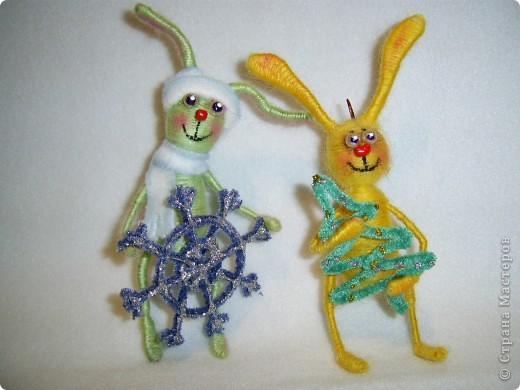 В этом году, это наверное, последние намотанные из ниток игрушки, вот захотелось чтобы они были праздничными.  получились два зайца)))) фото 1