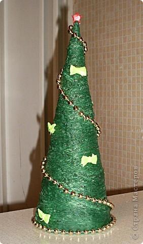 И еще вот такую елочку мы смастерили для украшения класса) Украсили мы свою елочку бантиками, завязанными на вилке (их размер ок. 2 см) и елочными бусами... И распылили на елку лак для волос с золотыми блестками.