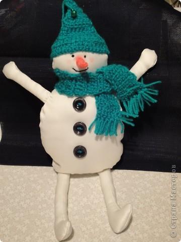 У нашего снеговика вязаная крючком шапка с бубенчиками и шарфик с кистями. А еще нос-морковка. Внутри проволочный каркасик, на который намотана нить. фото 3