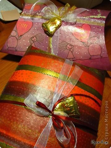 Сделала вот таки подарочные упаковки. Примерный размер 24*35 см. Материалы: картон, салфетка, акриловый лак, акриловая краска, контур, глиттеры, декоративные ленты, шоколадные фигурки.  фото 1