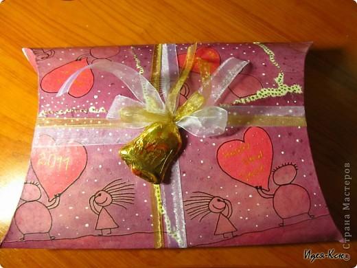 Сделала вот таки подарочные упаковки. Примерный размер 24*35 см. Материалы: картон, салфетка, акриловый лак, акриловая краска, контур, глиттеры, декоративные ленты, шоколадные фигурки.  фото 2