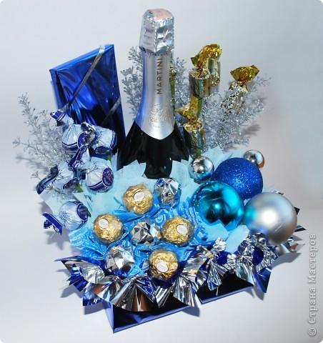 Ну вот и еще один мой букет из новогодней коллекции. Для создания данного букета использовала конфеты, шоколад, бутылка, новогодние шарики и текстиль фото 1