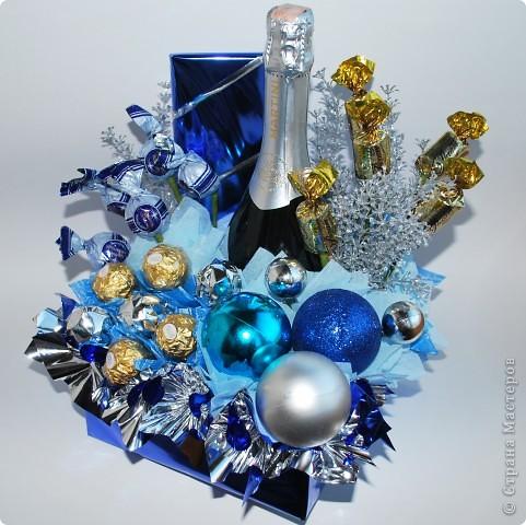 Ну вот и еще один мой букет из новогодней коллекции. Для создания данного букета использовала конфеты, шоколад, бутылка, новогодние шарики и текстиль фото 2