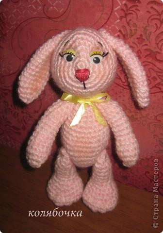 Два зайчика,розовый Сеня-моя первая игрушка вязаная,желтый-третья,между ними был вороненок. фото 2