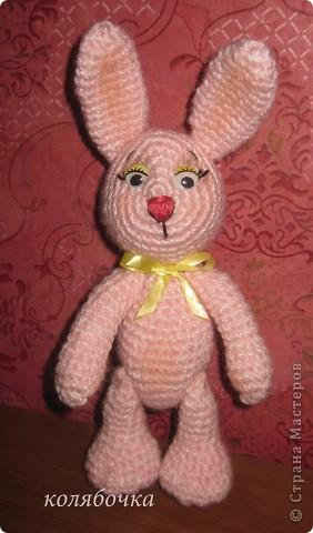 Два зайчика,розовый Сеня-моя первая игрушка вязаная,желтый-третья,между ними был вороненок. фото 3