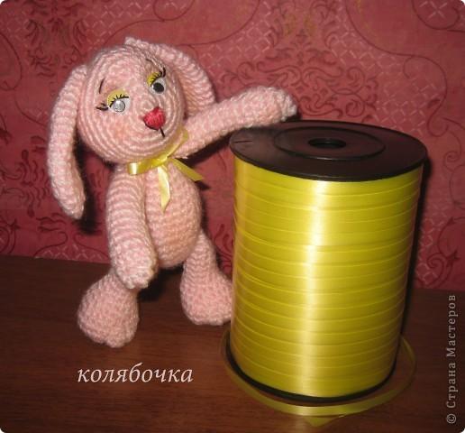 Два зайчика,розовый Сеня-моя первая игрушка вязаная,желтый-третья,между ними был вороненок. фото 5