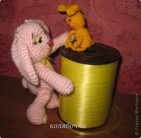 Два зайчика,розовый Сеня-моя первая игрушка вязаная,желтый-третья,между ними был вороненок. фото 6