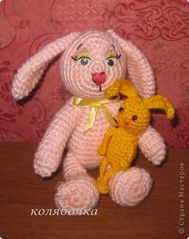 Два зайчика,розовый Сеня-моя первая игрушка вязаная,желтый-третья,между ними был вороненок. фото 7