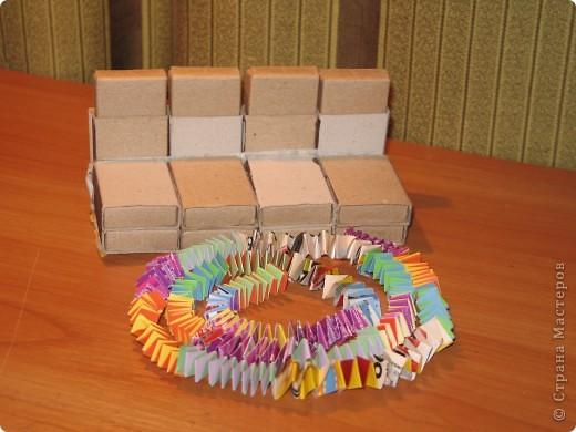 Диван из спичечных коробков и коврик из пружинок фото 1