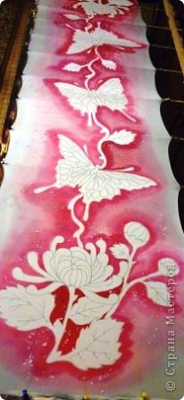 Яркие бабочки и нежные хризантемы на натуральном шёлке.АВТОРСКАЯ РАБОТА.Размер 200/40см.Подшит в ручную . Не линяет и не выгорает фото 4