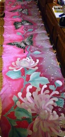 Яркие бабочки и нежные хризантемы на натуральном шёлке.АВТОРСКАЯ РАБОТА.Размер 200/40см.Подшит в ручную . Не линяет и не выгорает фото 8