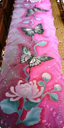 Яркие бабочки и нежные хризантемы на натуральном шёлке.АВТОРСКАЯ РАБОТА.Размер 200/40см.Подшит в ручную . Не линяет и не выгорает фото 1