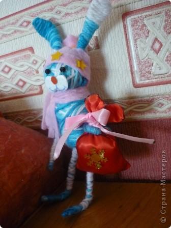 Впервые увидела такие игрушки у Елены(Kyld), и очень захотелось попробывать. Но у меня зо основы туловища взят футляр от киндера, а голова шарик от какой-то игрушки, нитки крепила на двусторонний скотч. фото 6