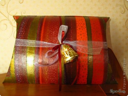 Сделала вот таки подарочные упаковки. Примерный размер 24*35 см. Материалы: картон, салфетка, акриловый лак, акриловая краска, контур, глиттеры, декоративные ленты, шоколадные фигурки.  фото 3