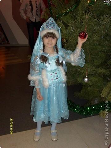 Костюм для дочки. Платье покупали,а всё остальное делала сама. Корону вышивала бисером и пайетками,нашивала мех на платье, корону и муфточку.  фото 2