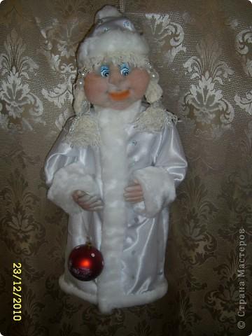 Ну вот и до меня докатился ажиотаж перед новым годом. Поступил очень интересный заказ - снегурочка-пакетница. Вот исполнила. Правда интересно как она летом смотреться будет?.... Но заказчик всегда прав. фото 1