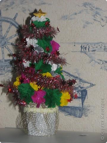 В прошлом году моя дочка решила сделать подарок Деду Морозу на праздник в детский сад. В этом году решила продолжить это начинание. Вот такая елочка. фото 1