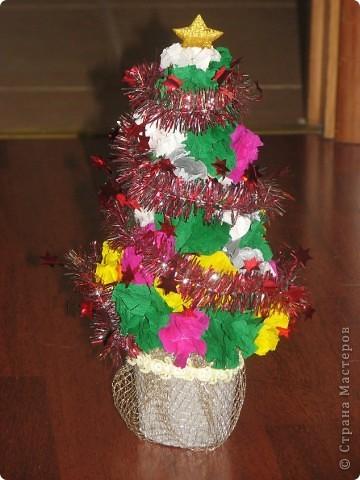 В прошлом году моя дочка решила сделать подарок Деду Морозу на праздник в детский сад. В этом году решила продолжить это начинание. Вот такая елочка. фото 2