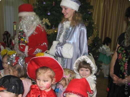 В прошлом году моя дочка решила сделать подарок Деду Морозу на праздник в детский сад. В этом году решила продолжить это начинание. Вот такая елочка. фото 4