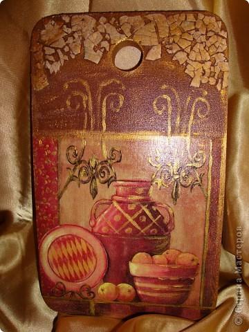 Декоративная доска для кухни-прорисовывала золотой акриловой краской и первый раз попробовала приклеить скорлупу.Мне не понравилось как получилось.Может потому-что я не люблю яйца.Скорлупы насобирала целый пакет.Такие красивые работы у мастериц на скорлупе.Наверное это не мое. фото 1