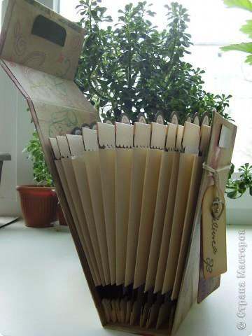 Третий пост за сегодня. Надеюсь, еще не надоела. В этот раз кулинарная коробочка-блокнот. Не знаю как назвать точнее. Сделана полностью с нуля из плотного картона, купила в художественном магазине. Одного листа скрапбумаги и бумаги для пастели. фото 2