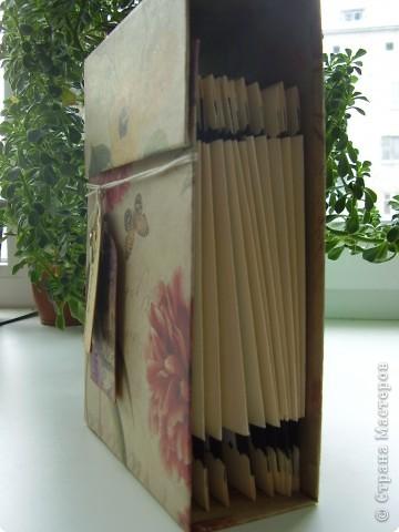Третий пост за сегодня. Надеюсь, еще не надоела. В этот раз кулинарная коробочка-блокнот. Не знаю как назвать точнее. Сделана полностью с нуля из плотного картона, купила в художественном магазине. Одного листа скрапбумаги и бумаги для пастели. фото 5