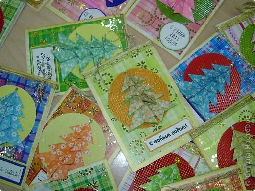 Прознали мои студенты про мое хобби и уговорили научить их делать открытки. Я ломала голову какую бы открытку сделать. В итоге остановилась на такой. У нас сайте есть множество вариации открыток с елочкой-оригами. Это- мой вариант. фото 5