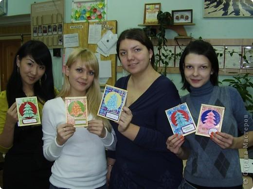 Прознали мои студенты про мое хобби и уговорили научить их делать открытки. Я ломала голову какую бы открытку сделать. В итоге остановилась на такой. У нас сайте есть множество вариации открыток с елочкой-оригами. Это- мой вариант. фото 4