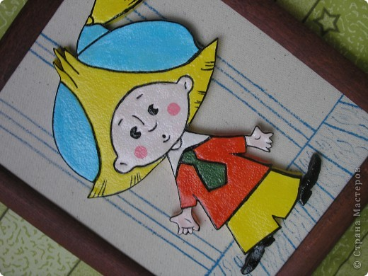 Здравствуйте! Сделала Незнайку для внука маминой подруги. Раскрашен акриловыми красками, покрыт лаком. Рамка для фотографий (стекло снято). Основа из ДСП обтянута тканью двуниткой. Фон нарисован акварелью. фото 5