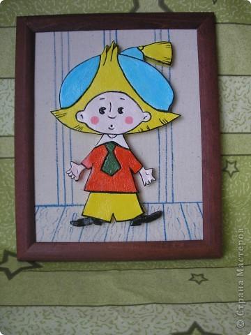 Здравствуйте! Сделала Незнайку для внука маминой подруги. Раскрашен акриловыми красками, покрыт лаком. Рамка для фотографий (стекло снято). Основа из ДСП обтянута тканью двуниткой. Фон нарисован акварелью. фото 3