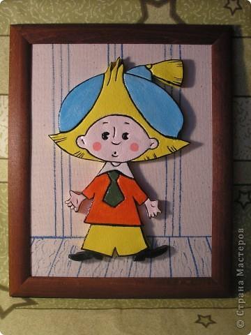 Здравствуйте! Сделала Незнайку для внука маминой подруги. Раскрашен акриловыми красками, покрыт лаком. Рамка для фотографий (стекло снято). Основа из ДСП обтянута тканью двуниткой. Фон нарисован акварелью. фото 1