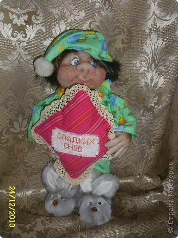 Представляю своего очередного сплюшкина. Точнее это был самый первый сплюшкин, но он долго стоял без подушки, не доходили руки ее сделать. и вот сегодня он наконец-то приобрел сою подушку и смело позирует. Второй сплюшкин здесь https://stranamasterov.ru/node/116939 Этот сплюшкин подарок для дочери моих друзей. фото 2