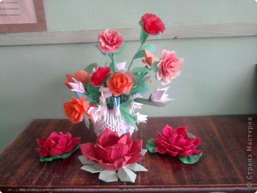 Для тебе. На створення вази використала баночку з-під кави і папір. Гілочку квітку побачила  в підручнику.  фото 2