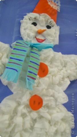 елку и снеговика , делали детки от 2,5 лет. сами катали веточки для елки, мяли салфетки для снеговика,я оформила голову и снежинки фото 3