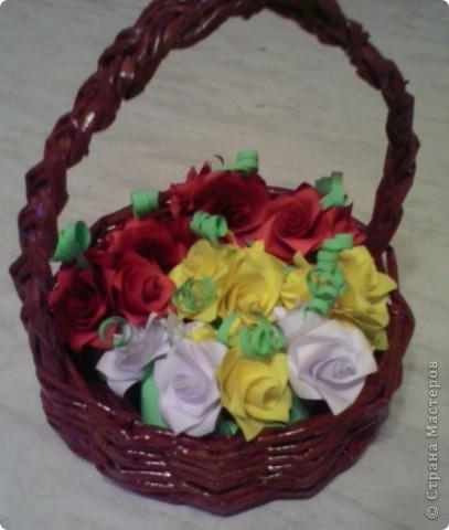 Корзинка из газет с розами из бумаги фото 1