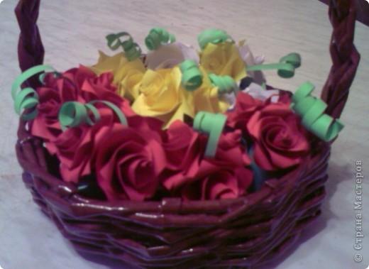 Корзинка из газет с розами из бумаги фото 2