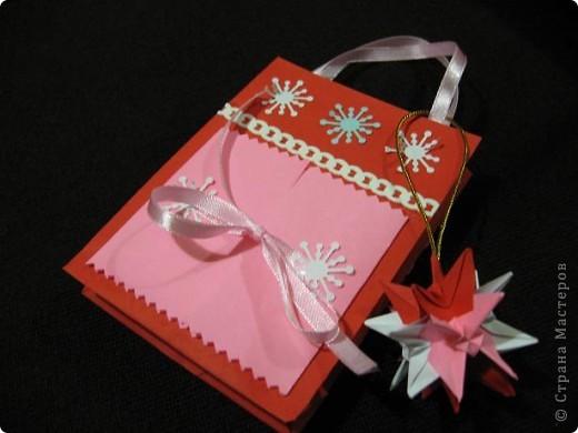 Вот такие, два в одном (пакетик для подарка + открытка) с брелочком в виде кусудамы у меня получились. Пакетики сделаны по МК  Merianna   http://stranamasterov.ru/node/100271 фото 3