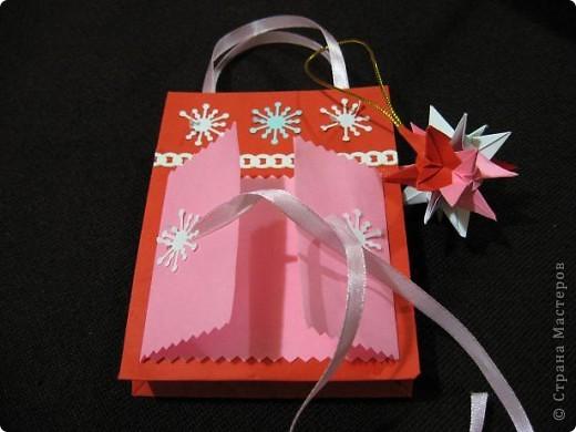 Вот такие, два в одном (пакетик для подарка + открытка) с брелочком в виде кусудамы у меня получились. Пакетики сделаны по МК  Merianna   http://stranamasterov.ru/node/100271 фото 4