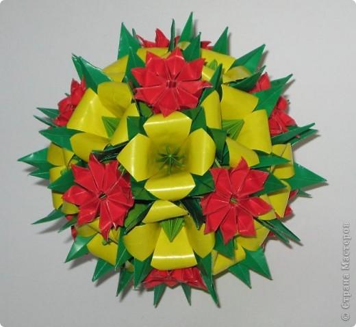 """Здравствуйте!  На дворе уже зима, за окном серая холодная погода, а в душе еще хочется лета. Вот решила сделать такие яркие кусудамки, чтобы напоминали о теплых деньках.  Этот полевой букет состоит из двух видов цветов. Красные цветы - это цветы из кусудамы Spring ball. Видео здесь: http://www.youtube.com/watch?v=hWWDnUWoV4s  Желтые колокольчики делала по МК Амелии: http://stranamasterov.ru/node/53305?c=favorite Тычинки в колокольчиках - это модули, сложенные в базовую форму """"лягушка"""" : http://stranamasterov.ru/node/128388 Все это сидит на основе Каркас, схему сборки вы найдете на сайте Екатерины Лукашевой : http://www.kusudama.me/#/Carcass/Carcass/carc1 фото 2"""