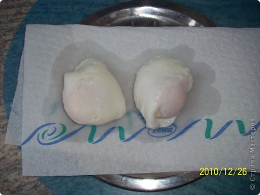 Я́йца-пашо́т — традиционное французское блюдо на завтрак из разбитых яиц, помещенных в горячую воду, иными словами, сваренных без скорлупы. При таком способе приготовления получается мягкий кремообразный желток, окутанный лепестками белка.Каждый готовит по своему- у меня свой рецепт. фото 4