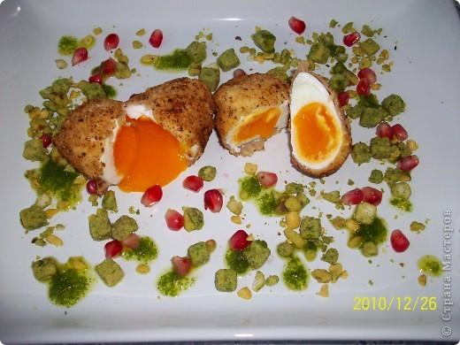 Я́йца-пашо́т — традиционное французское блюдо на завтрак из разбитых яиц, помещенных в горячую воду, иными словами, сваренных без скорлупы. При таком способе приготовления получается мягкий кремообразный желток, окутанный лепестками белка.Каждый готовит по своему- у меня свой рецепт. фото 7