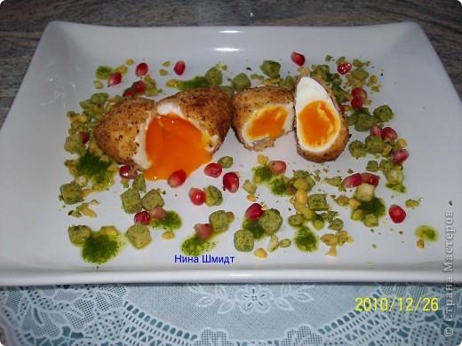 Я́йца-пашо́т — традиционное французское блюдо на завтрак из разбитых яиц, помещенных в горячую воду, иными словами, сваренных без скорлупы. При таком способе приготовления получается мягкий кремообразный желток, окутанный лепестками белка.Каждый готовит по своему- у меня свой рецепт. фото 1